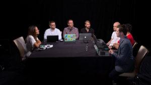 Hackers envolta da mesa