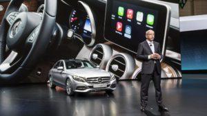 CEO da Daimler apresentando carro da Mercedes-Benz