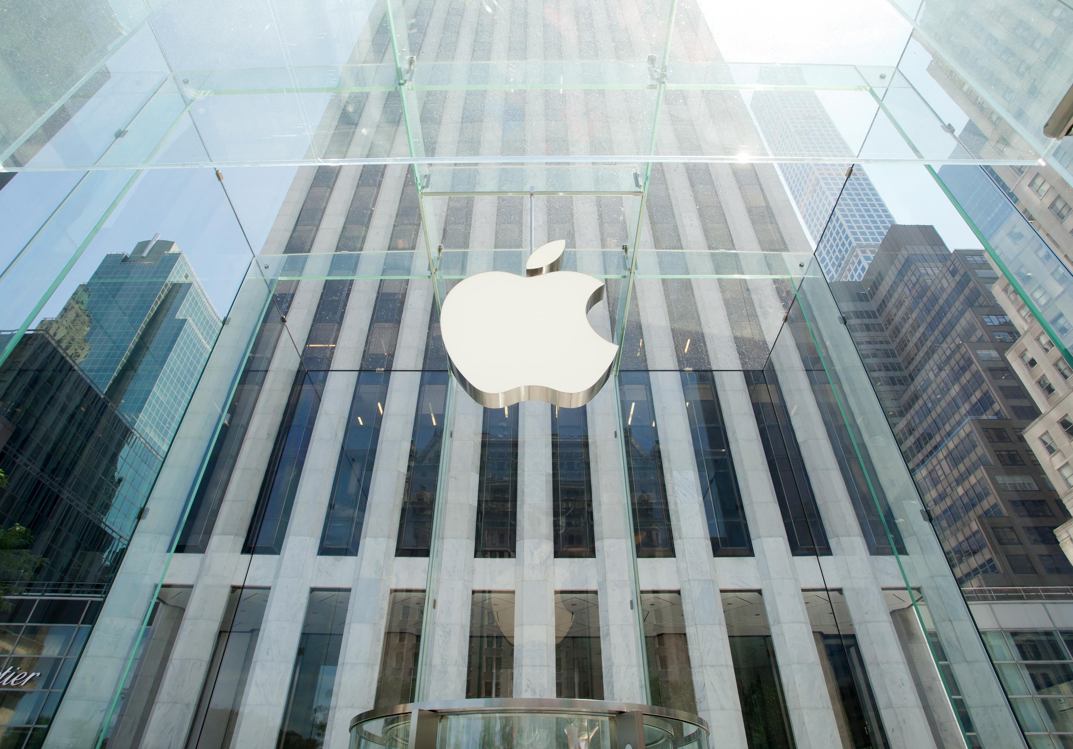 Logo da Apple em uma loja