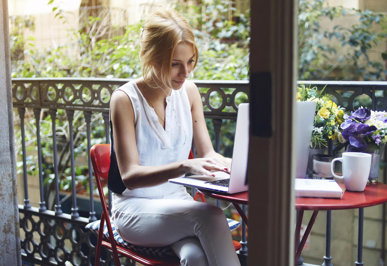 Mulher trabalhando em MacBook