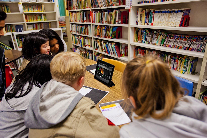 Crianças usando iPad em escola
