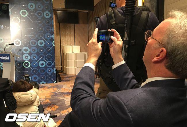 Eric Schmidt usando um iPhone