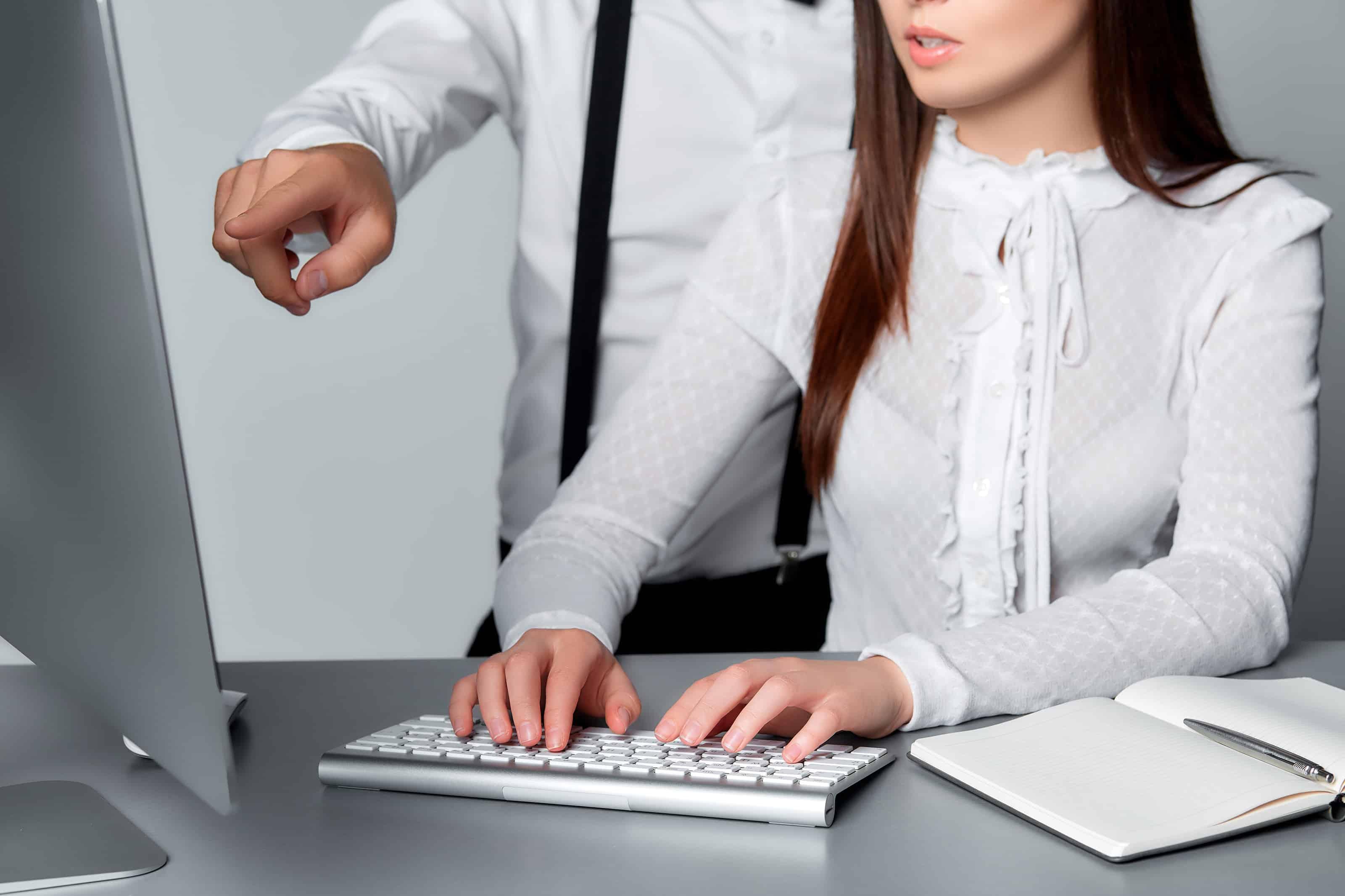 Casal trabalhando num Mac