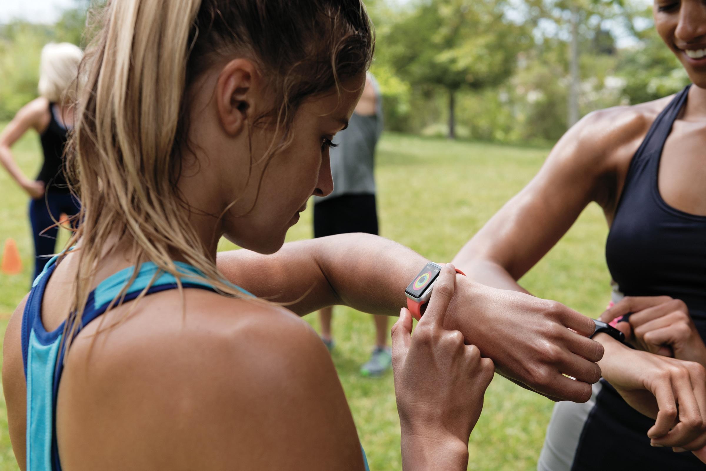 Atividade do watchOS 3 sendo usado por garota num Apple Watch