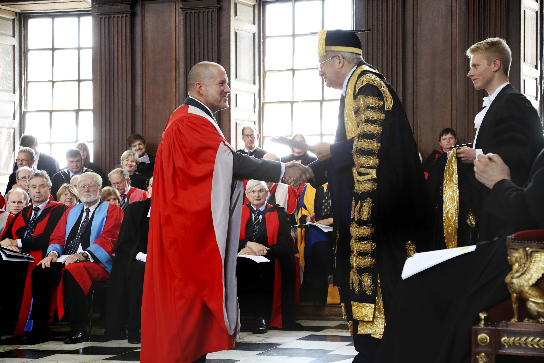 Jony Ive recebendo título honorário da Universidade de Cambridge