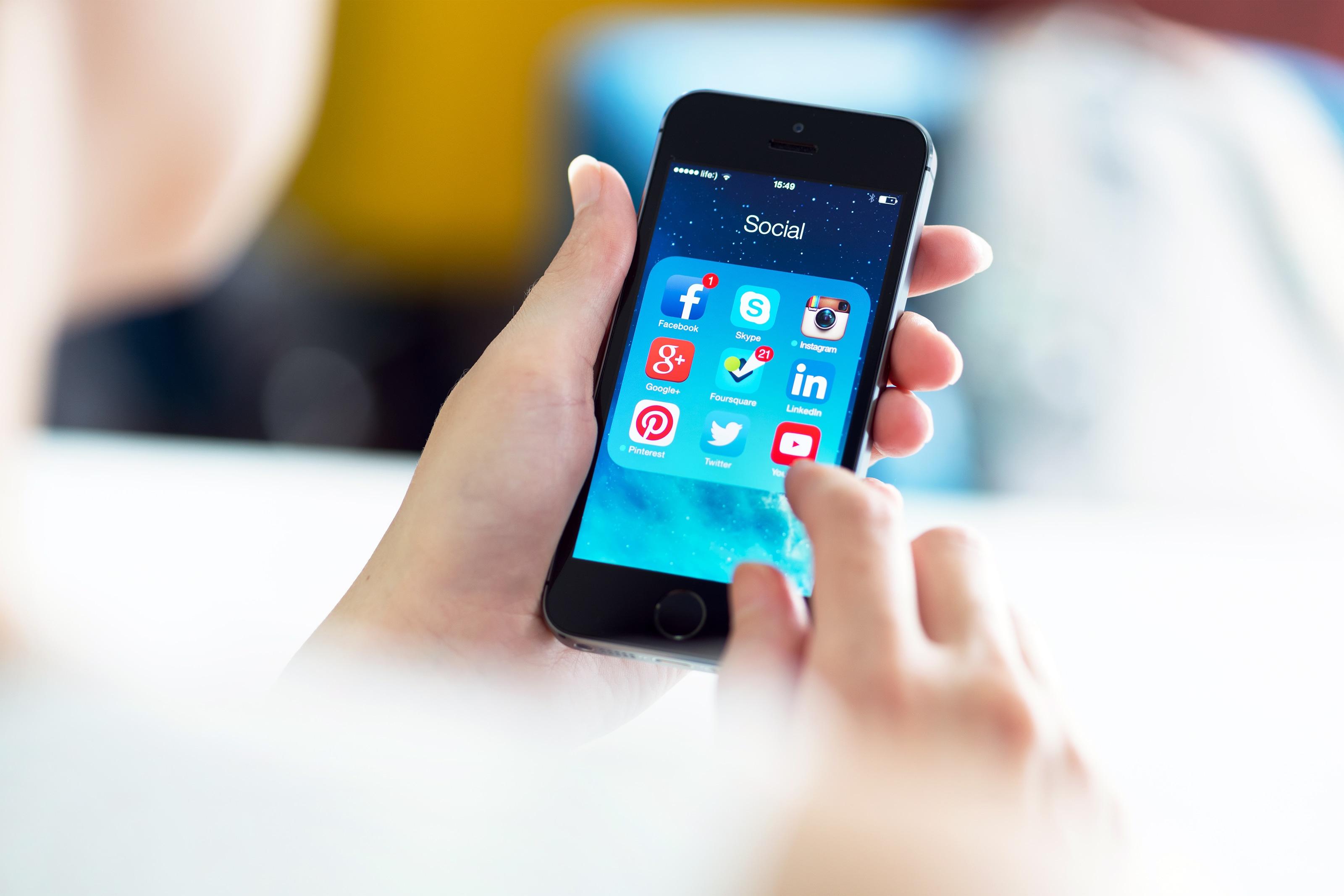 Ícones de redes sociais num iPhone