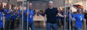 Tim Cook abrindo a porta de uma Apple Store