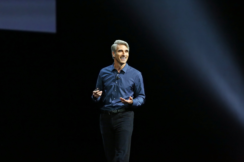 Craig Federighi no palco da keynote da WWDC 2016
