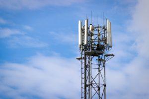 Antena de celular 4G com céu azul