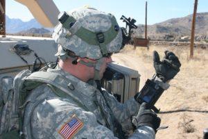 Soldado do exército americano usando um smartphone