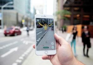 Pessoa jogando o game Pokémon GO em um iPhone