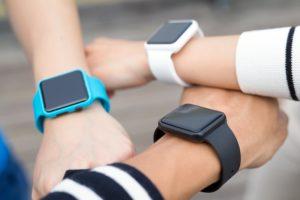 Três pessoas com smartwatches