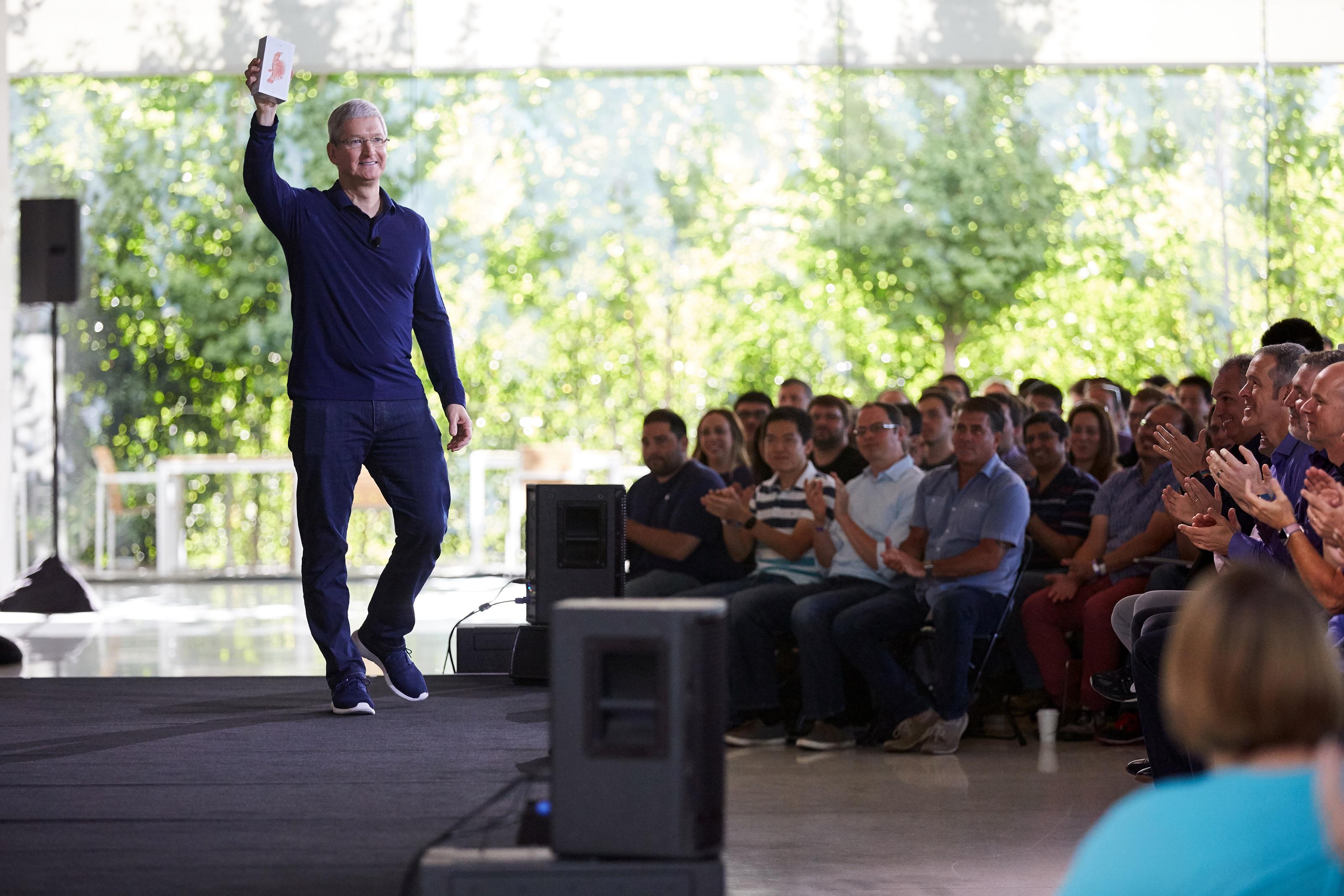 Tim Cook comemorando o bilionésimo iPhone vendido