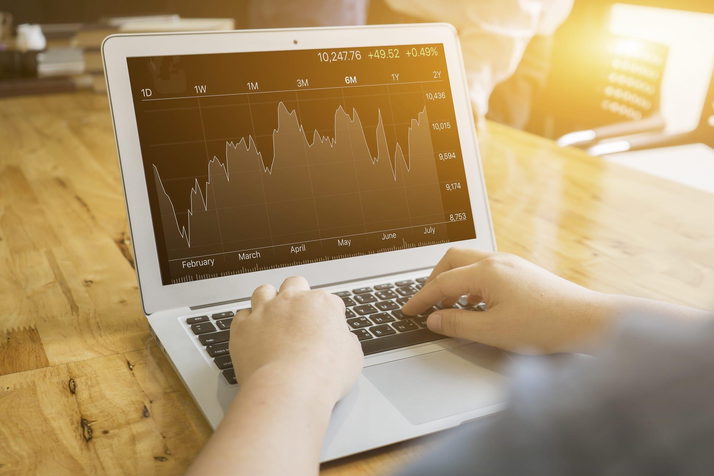 MacBook Air com um gráfico de ações