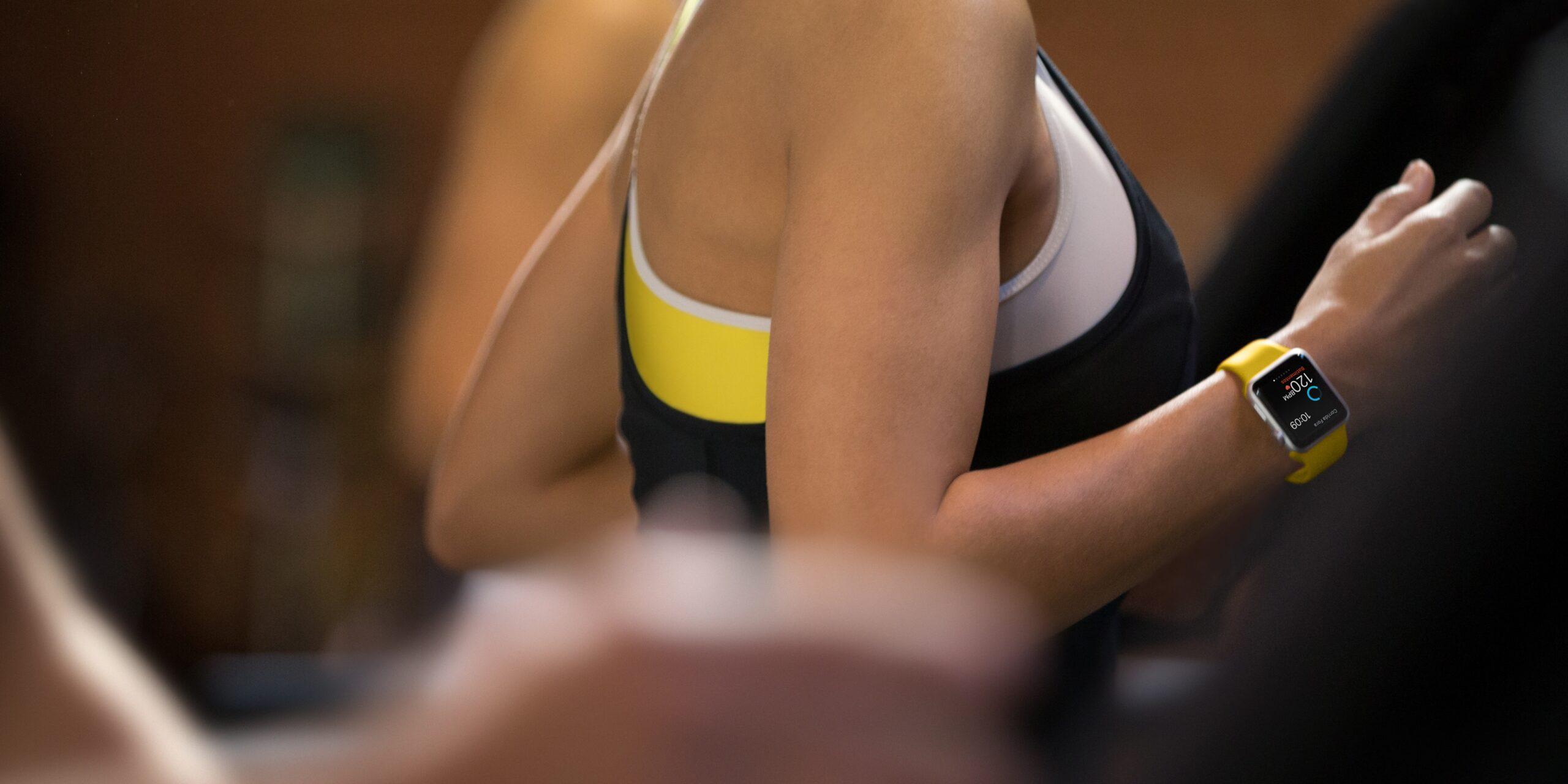 Mulher correndo com um Apple Watch Sport