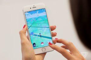 Mulher jogando o game Pokémon GO em um iPhone