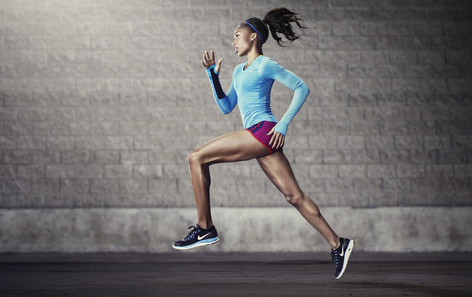 Mulher correndo com tênis da Nike