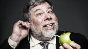 Steve Wozniak segurando uma maçã com fone de ouvido