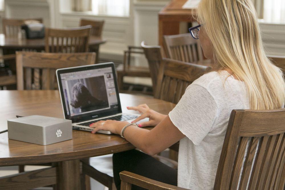 Wolfe ligado a um MacBook Pro