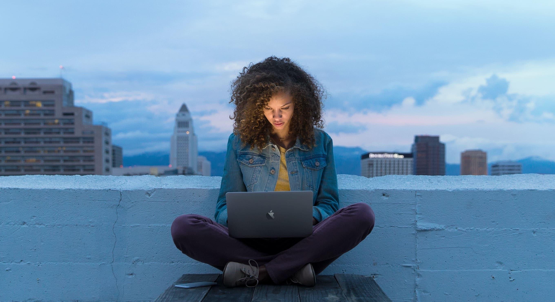 Mulher usando um MacBook
