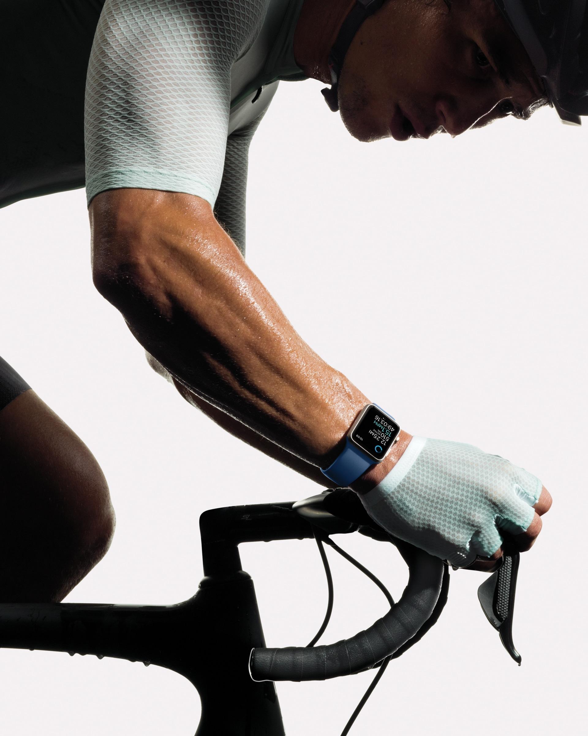 Apple Watch Series 2 sendo usado em bicicleta