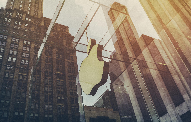 Logo da Apple com efeito numa loja