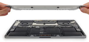 "Desmonte do MacBook Pro de 15"" pelo iFixit"