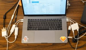 Bagunça de adaptadores num novo MacBook Pro