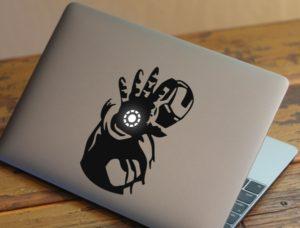 Adesivo do Homem de Ferro no MacBook