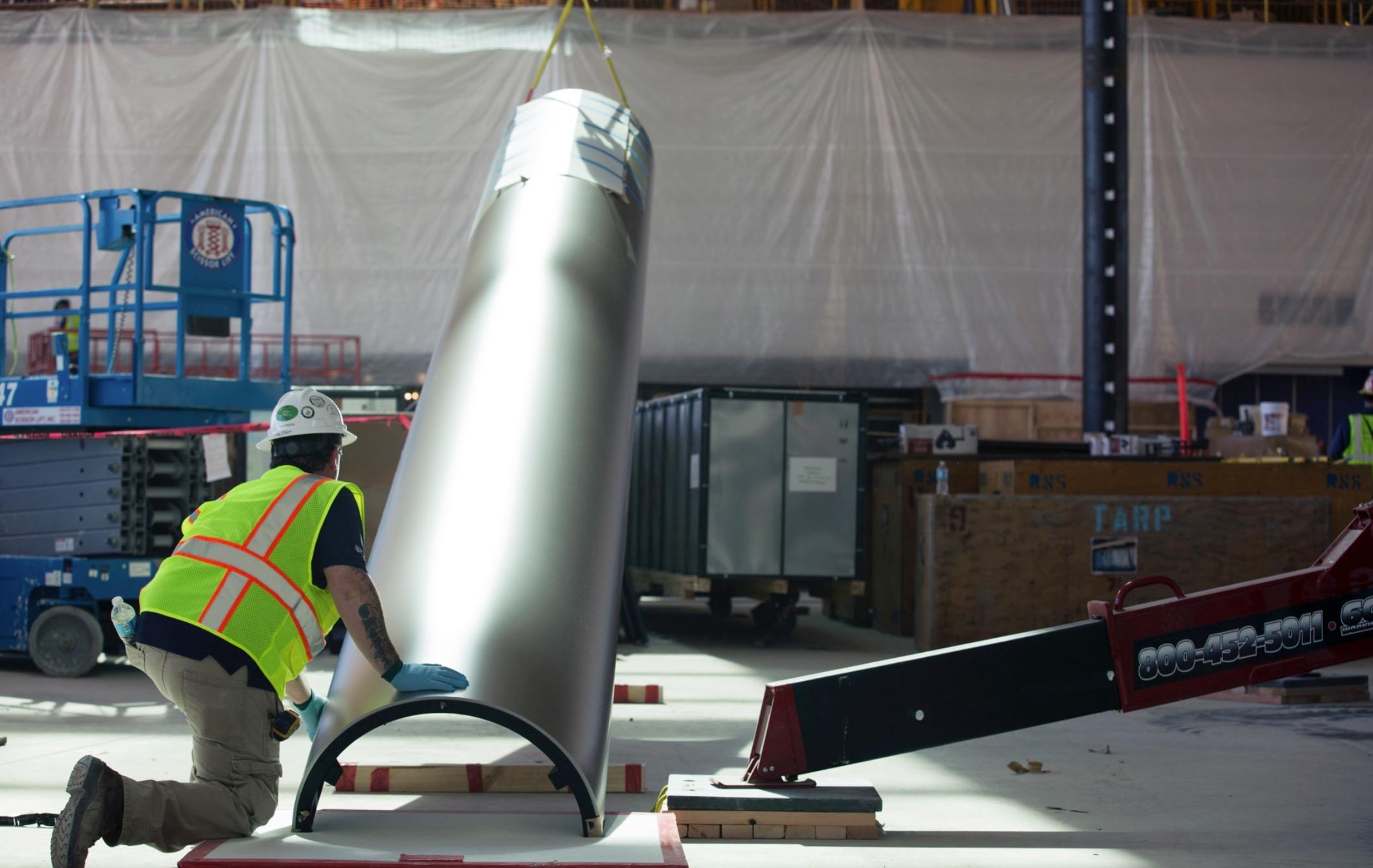 Peça de aço inoxidável para cobrir os postes dentro do Caffè Macs, no Apple Campus 2