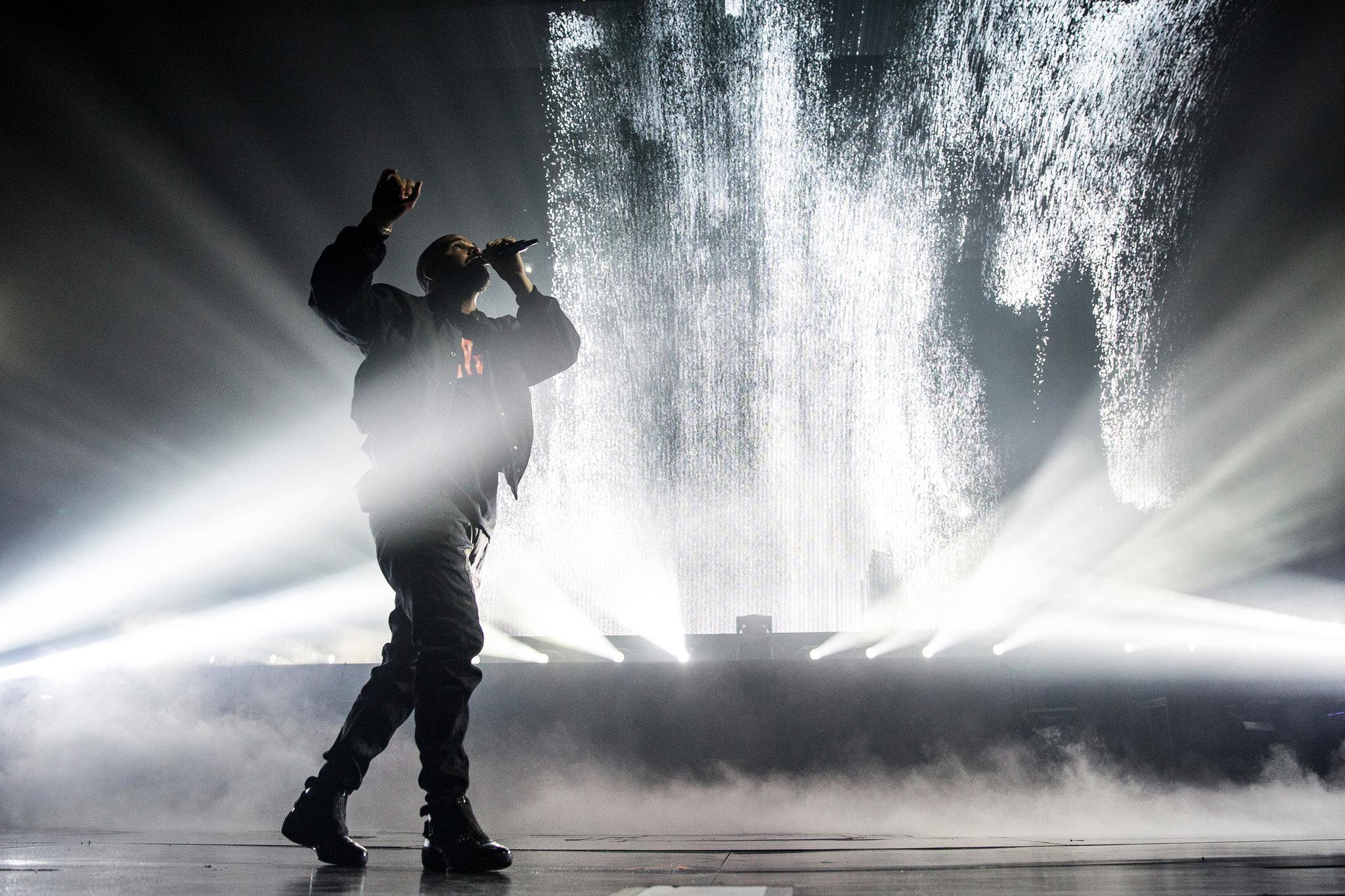 Drake cantando em um show