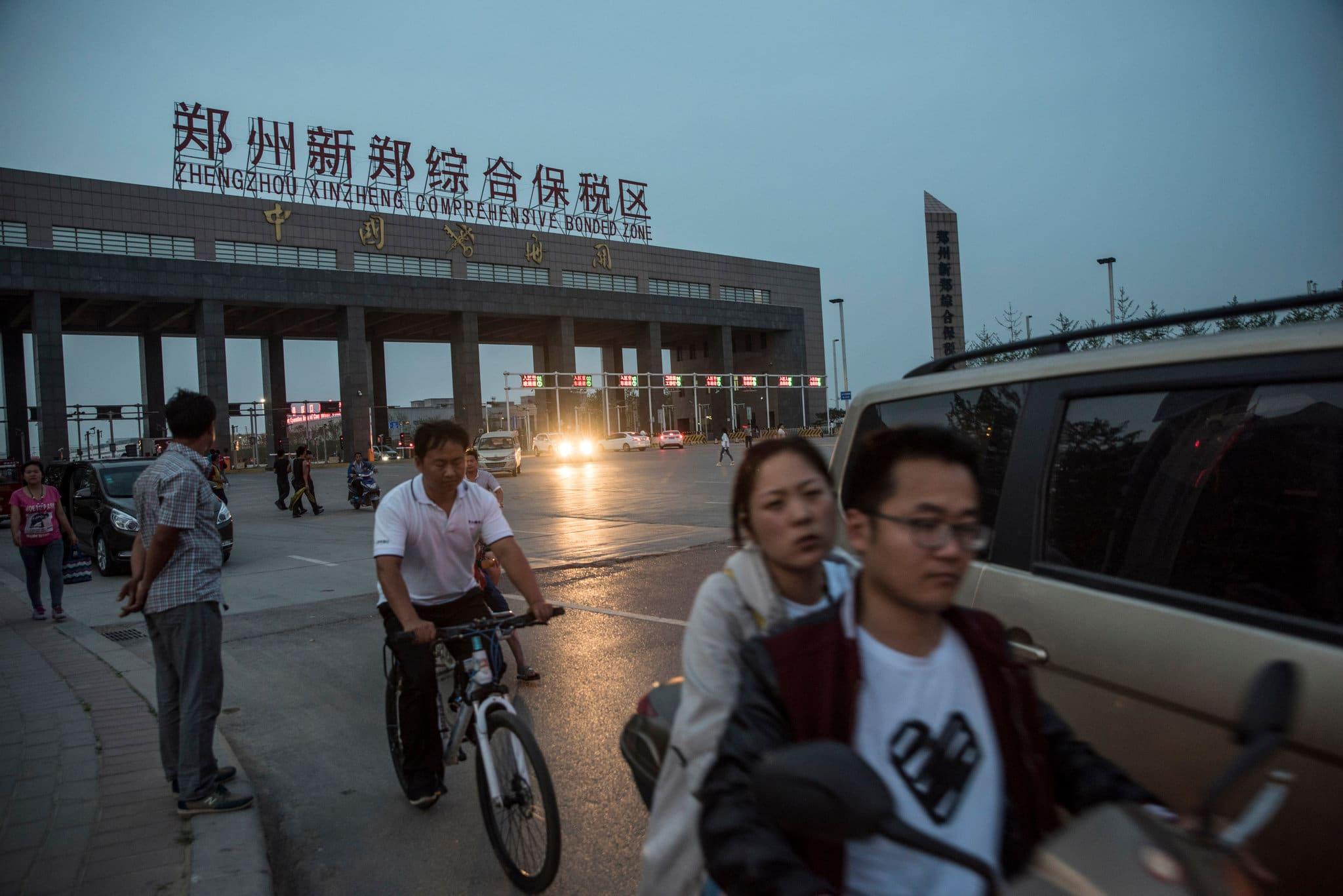 Empregados da Foxconn saindo de Zhengzhou