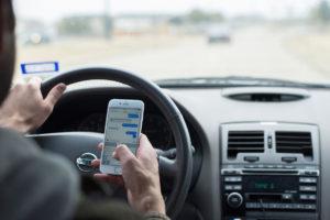 iPhone enquanto dirige, dirigindo
