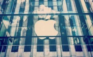 Logo da Apple em cima de uma loja