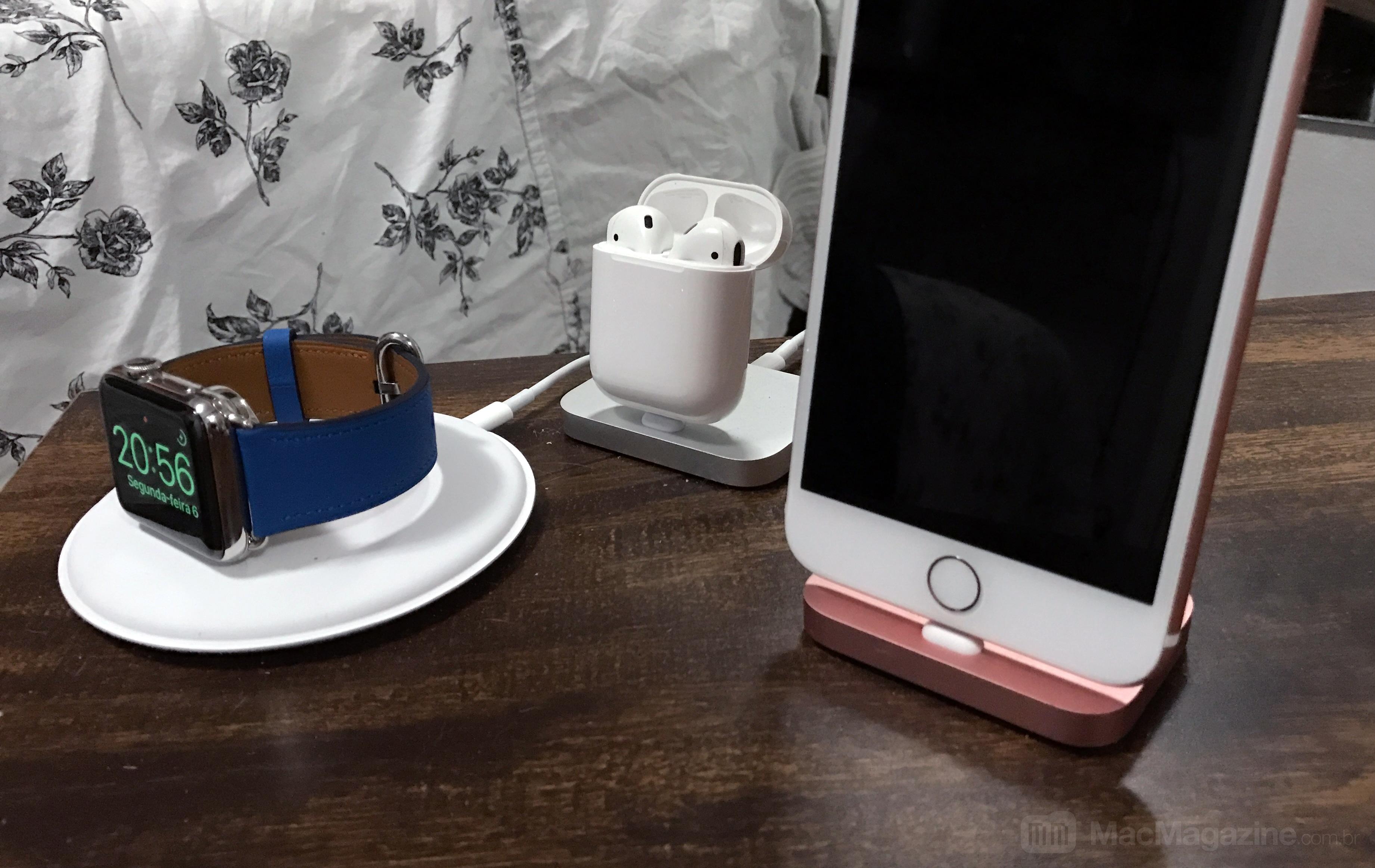 Apple Watch, AirPods e iPhone carregando em docks/stands