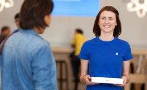 Personal Pickup - empregado da Apple entregando um iPad para um cliente