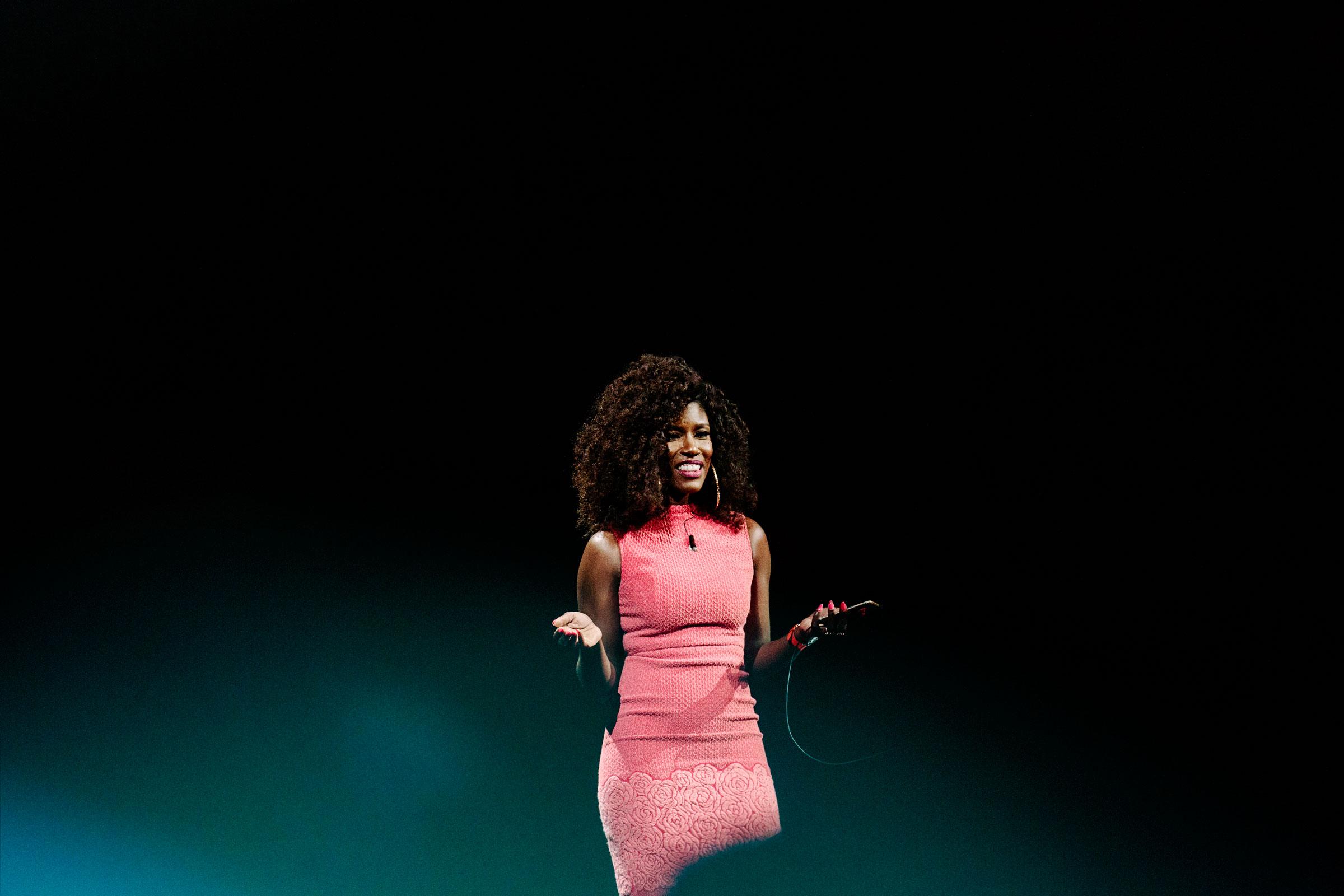 Bozoma Saint John em um evento da Apple