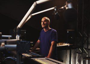 Zane Lowe em um dos estúdios da rádio Beats 1