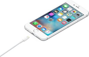 iPhone com cabo Lightning (recarregando)