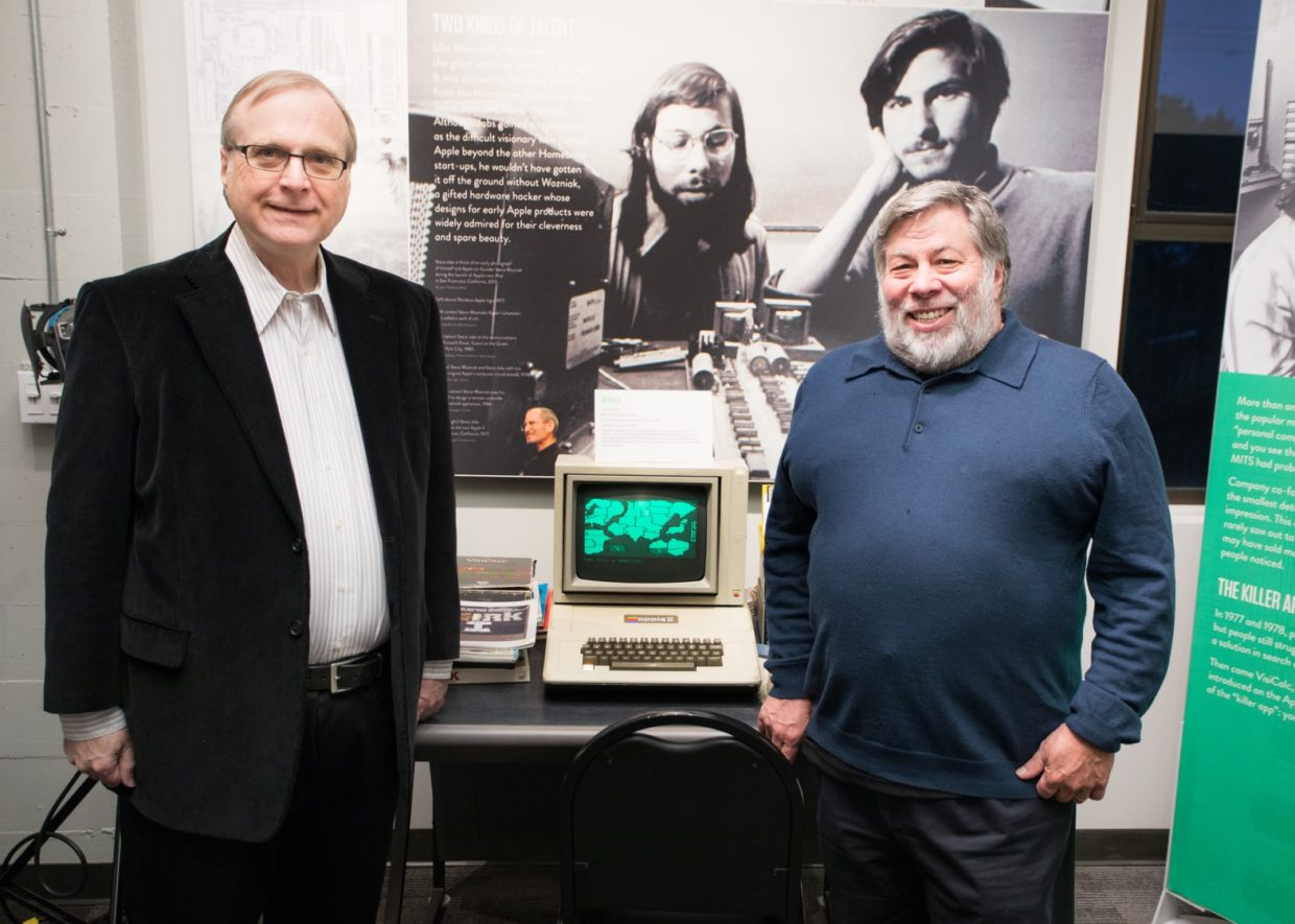 Paul Allen e Steve Wozniak posam com um Apple II