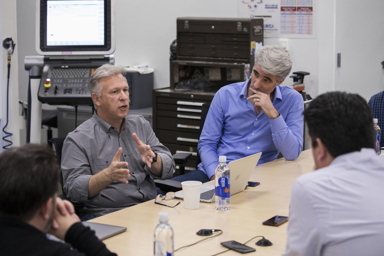 Phil Schiller e Craig Federighi falando sobre o novo Mac Pro