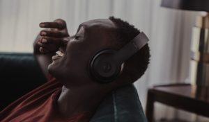 Homem curtindo o Apple Music em fones Beats