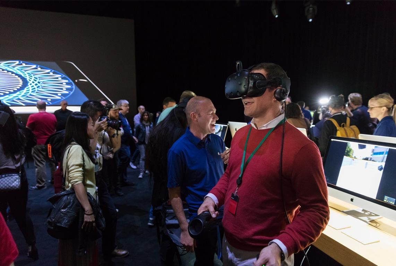 Usuários testando realidade virtual (VR) no iMac Pro