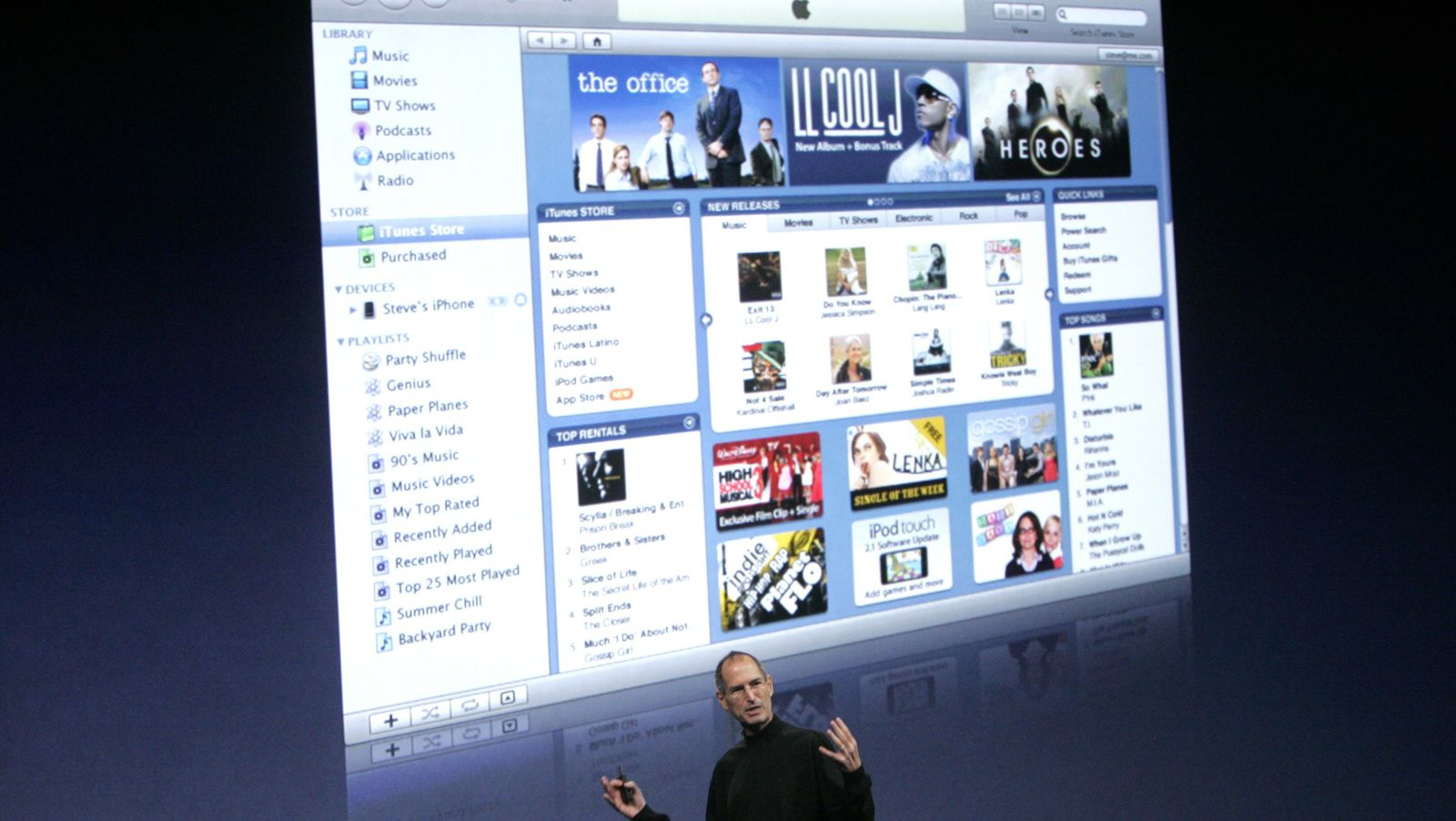 Steve Jobs em evento da Apple, falando sobre a iTunes Store