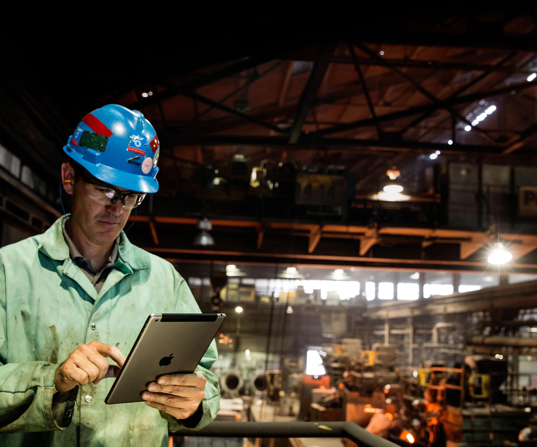 Homem trabalhando com um iPad em uma fábrica