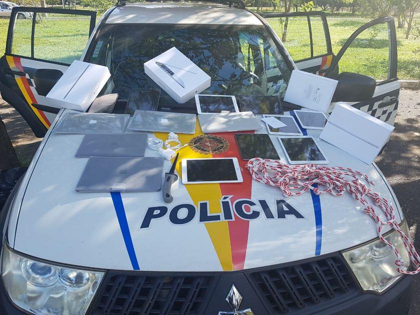 Carro da polícia com produtos da Apple em cima