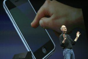 Steve Jobs apresentando o iPhone, em 2007
