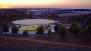 Auditório Steve Jobs com o Apple Park ao fundo