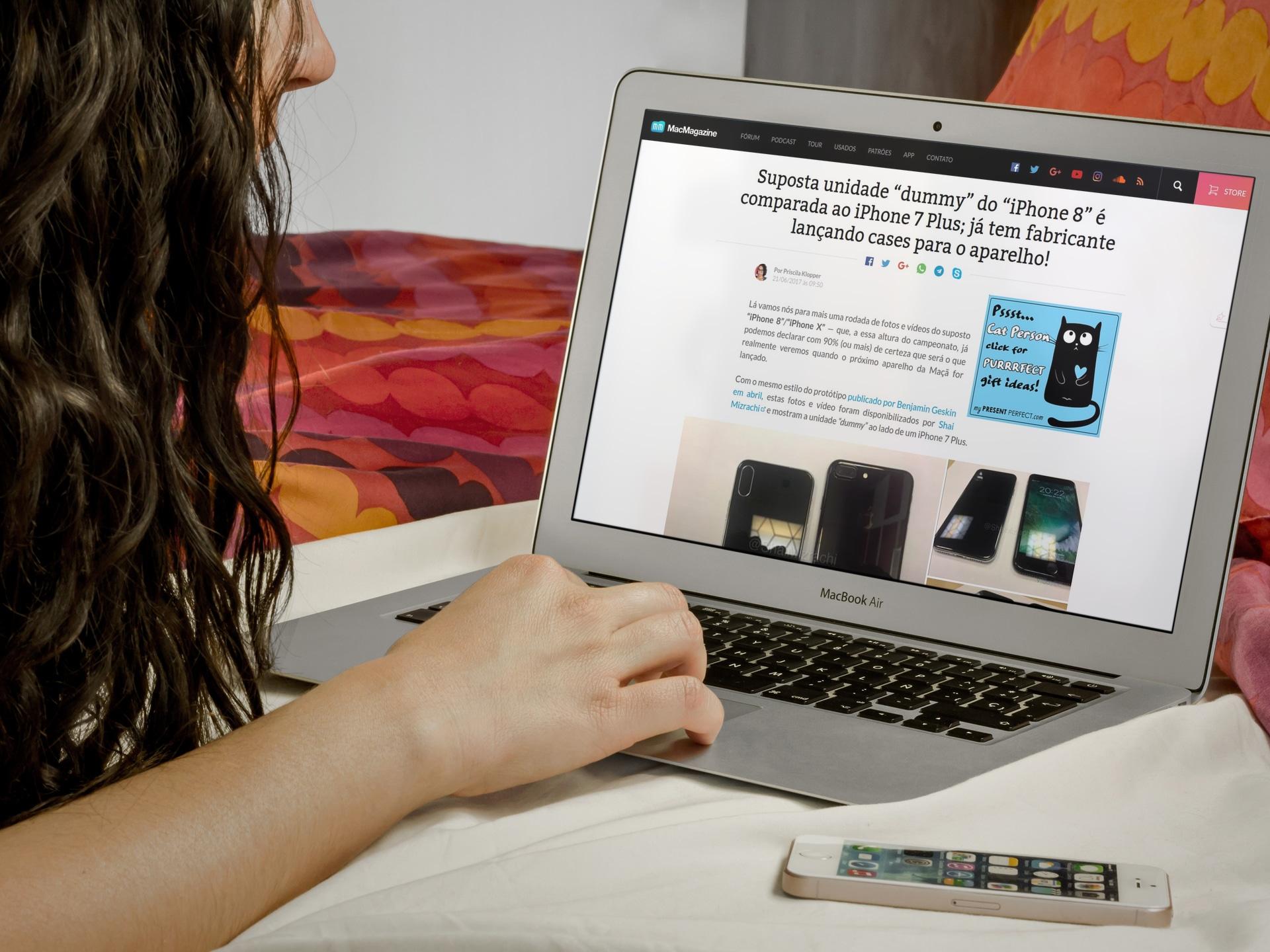 Mulher lendo o MM no MacBook Air