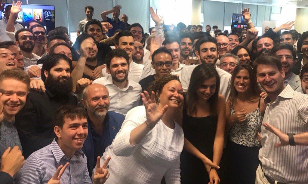 Lisa Jackson e a primeira turma de formandos do Centro de Desenvolvimento de Apps para iOS em Nápoles, Itália